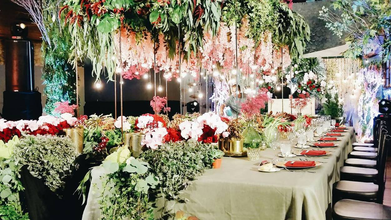 bizu catering studio green and red themed setup